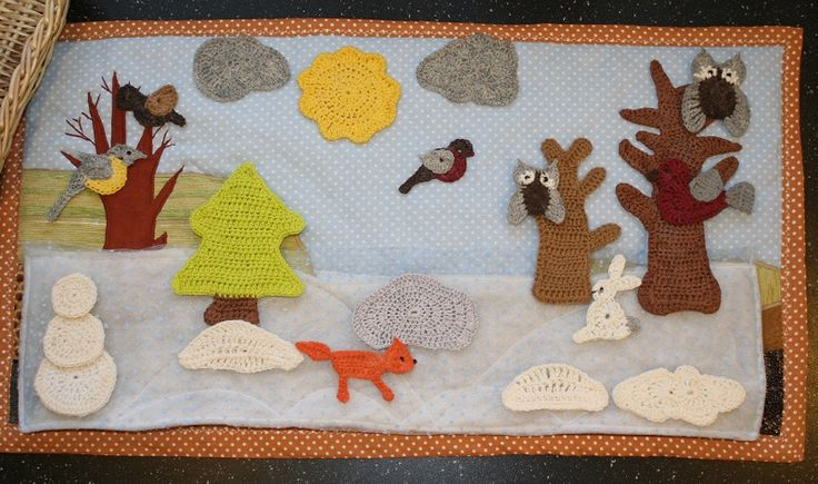 Зима. Время года - коврик для игр с детьми. Основа сшита из разнофактурной ткани, все остальные детали съемные - связаны крючком и накрахмалены. Сюжет и персонажи меняются в зависимости от желания и фантазии ребенка.