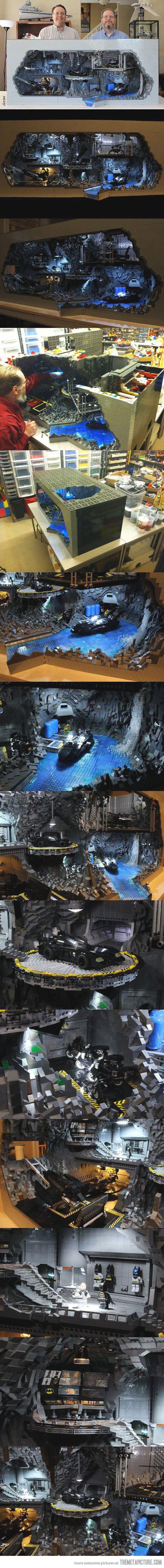 Batcueva hecha con 20,000 piezas LEGO.