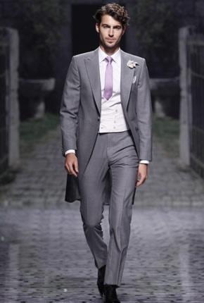 Traje de novio gris con corbata lila
