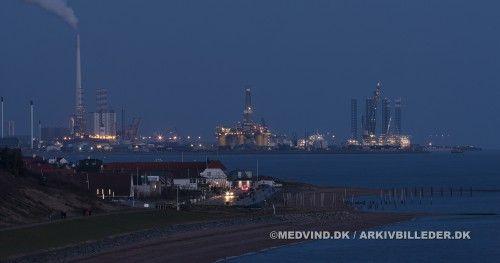 Der er gang i Esbjerg Havn – også når det er mørkt – se bare her på alt det der stikker op. Lige nu har vi Svanen (den flydekran der blev brugt ved Storebæltsforbindelsen), semi sub John Shaw, vindmølleinstallationsskibene Pacific Osprey, GMS Endeavour, Sea Energy og Excel, jackup rig Maersk Resolve, hotelriggen Atlantic Esbjerg samt et hav at andre skibe der har med olie, gas og vind at gøre.