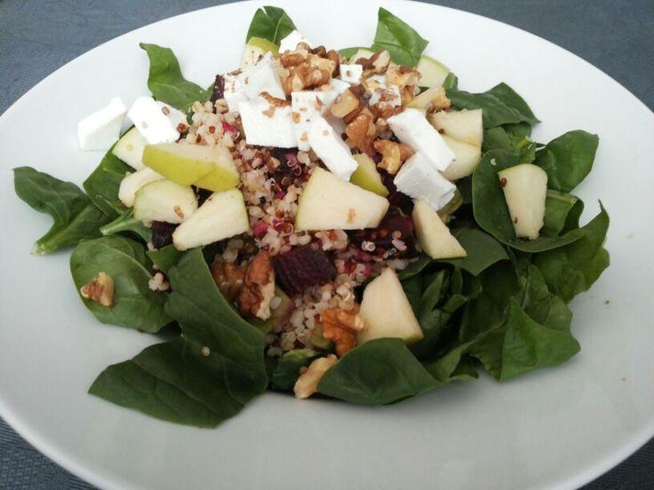 Mi ensalada favorita. Espinacas frescas, quinoa, queso fresco, remolacha y nueces.