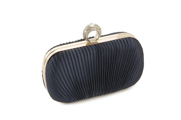 La borsetta rigida di Michelle Moon è il giusto accessorio per una festa o una cerimonia. Completa il tuo outfit con questa borsetta blu! www.calzaveste.it