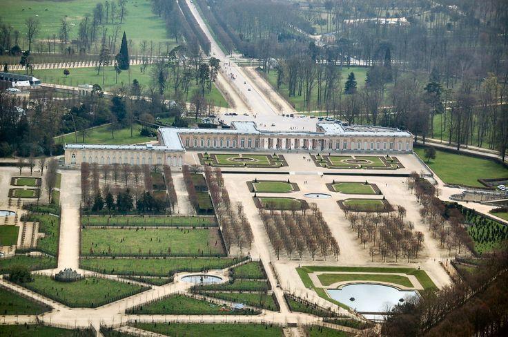 Château de Versailles, Francja. Grand Trianon autorstwa Mansarta zawiera właściwie wszystkie elementy charakterystyczne dla francuskiego ogrodu barokowego (symetryczne partery z basenami i boskietami). To co wyróżniało obiekt to bogata dekoracja kwiatowa, atrakcyjna przez cały rok. Rabaty obsadzano hiacyntami, narcyzami, liliami, tulipanami, czy tuberozami.