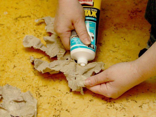 Как удалить жидкие гвозди  Жидкие гвозди – это современный клеящий материал, который способен выдержать такую нагрузку, вынести которую по силам лишь крепежным болтам и прочим соединительным компонентам. Но иногда наступает такой момент, когда склеенные жидкими гвоздями поверхности нужно разделить, а также удалить остатки клея. Вам понадобится - вода либо растворитель на минеральной основе; - специальные очистители; - скребок.  Если жидкие гвозди нанесены были недавно и они не успели хорошо…