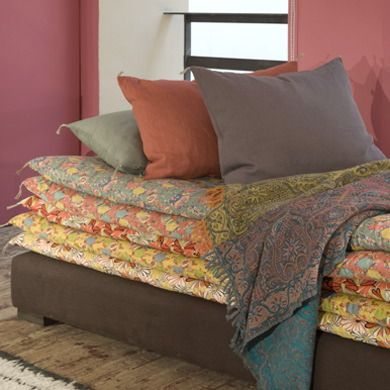 omg, I am going to make 2 of these with 5 pads each for all my guests that keep coming for sleepovers in the basement!!!   theseFantastic sofa Princess and the pea of CARAVANE ! Love ! Great project, foam coating with various colours of linens