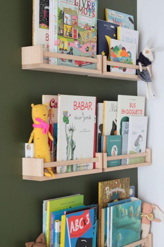 utiliser des étagères à épices Ikea en bibliothèque d'appoint pour la chambre des kids