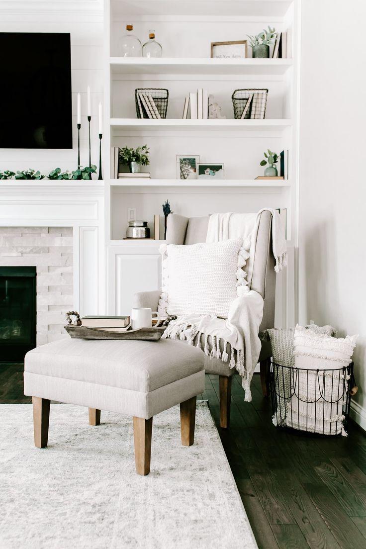 Ich liebe dieses komplett weiße Wohnzimmer! Um einen Wohnbereich wie den Markenbotschafter Jenn Pregler zu erhalten, stylen Sie sich mit gemütlichen Kissen und viel Grün, um Ihrem neutralen Dekor eine Textur zu verleihen!