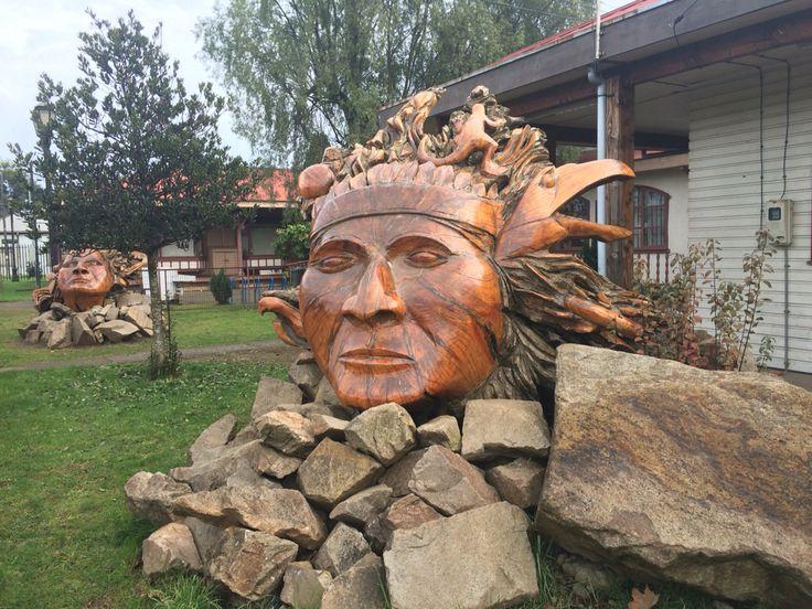 Esculturas en madera de nuestros ancestros. Pitrufquén, Región de la Araucanía.