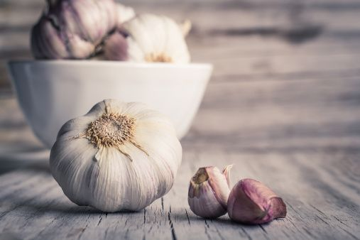 <p>Magari non è il massimo per l'alito, ma l'aglio è sicuramente uno dei cibi detox per eccellenza. Ricco di zolfo, ha innumerevoli benefici per l'organismo, con proprietà antitumorali e anti-invecchiamento. </p>
