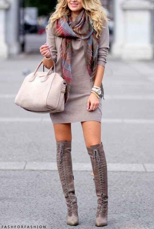Acheter la tenue sur Lookastic: https://lookastic.fr/mode-femme/tenues/robe-pull-cuissardes-sac-fourre-tout-echarpe-montre/6749 — Cuissardes en daim grises — Sac fourre-tout en cuir beige — Montre dorée — Robe-pull grise — Écharpe écossaise grise