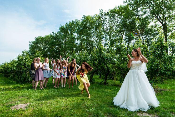 Je boeket gooien op je bruiloft toffe fotografie bruidsreportage lisserbroek