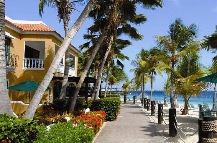 Bagels met zalm, een jachthaven en een privé strand: alle luxe ligt aan je voeten bij Harbour Village Beach Club. Droom weg in de hangmat, spetter onder de waterval in het zwembad of ga mee duiken met Great Adventures. De charme van dit kleinschalige resort zie je terug in de Caribische kleuren. Terwijl de kids na hun wentelteefjes gaan schatzoeken op het strand, schenkt de vriendelijke ober nog eens koffie bij. Zonnebril op en mega-jachten spotten bij de marina van Harbour Village!