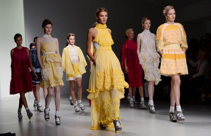 Bora-Aksu-Final1-New York'un ardından başlayan Londra Moda Haftası ile 2015 İlkbahar/Yaz modası ile düşünceler netleşti. Londra, farklı duruşu dünyanın her yerinden gelen star isimleri ile moda haftaları içinde modanın başkentidir.. Bu sene Londra Moda Haftası, dünyaca ünlü Türk modacı Bora Aksu'nun 'Kanatlı Dansçı' temalı defilesiyle açıldı. Bora Aksu, ilk günün en önemli şüphesiz ismiydi. Genç isimlerden oluşan 14 tasarımcının göz kamaştıran iddialı defilelerine de mutlaka göz atmanızı…