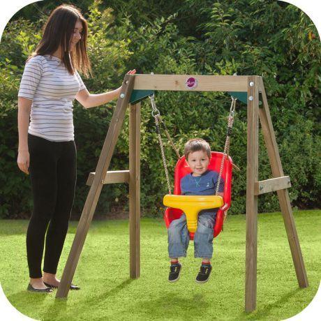 Drewniana huśtawka Baby marki Plum, to propozycja dla rodziców najmłodszych dzieci. Huśtanie w znacznym stopniu wpływa na rozwój dzieci. Rytmiczne ruchy nie tylko uspokajają ale pobudzają wyobraźnię przestrzenną, pobudzają zmysły. Huśtawka dostarcza dzieciom wiele radości i stymuluje mózg i zmysł równowagi.  Huśtawka zbudowana z miękkich lin i siedziska z wysokim oparciem wykonanego specjalną metodą, dzięki której siedzisko jest idealnie dopasowane do małego dziecka.