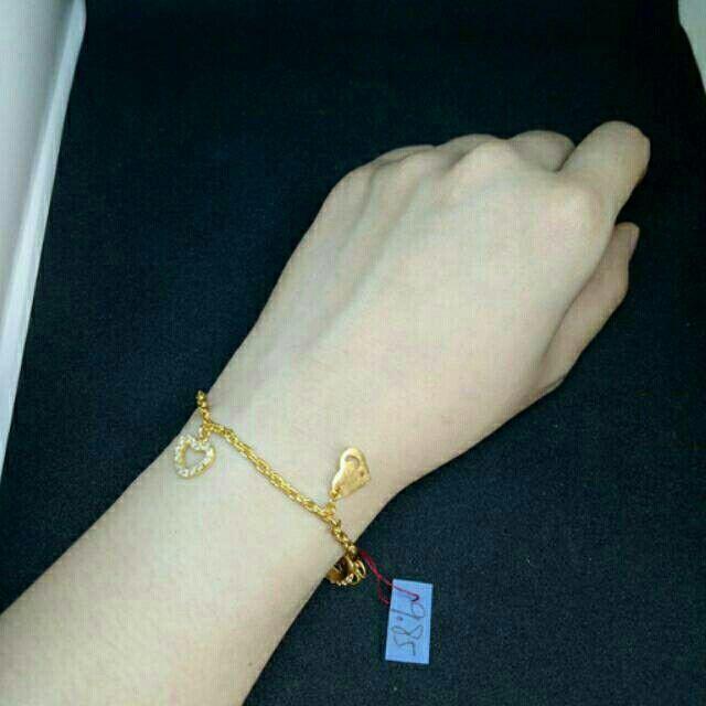 Saya menjual Gelang Emas asli model gantungan love dengan permata putih seharga Rp5.713.000.  Instagram @d_adelshop  Shopee : Toko Emas Asli Emas Murni Buka lapak : adel02shop Tokopedia : Toko Emas