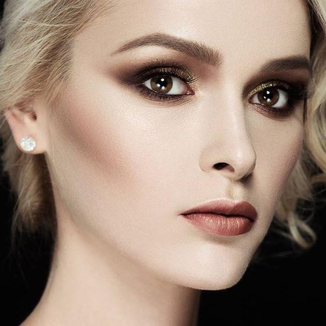 """""""Îndrăzniți zi de zi să dați #culoare și expresivitate feței și privirii, #luminozitate chipului și #farmec zâmbetului."""" #lectiidemachiaj #atelierparis #makeup #makeupartist #mua #lovemyjob #makeuplesson #beauty #wonderful #model #friend #makeuplovers #instamakeup #onfleek #cosmetics #smokeyeye #lipstick #mascara #instalike #instagood #professional #followme"""