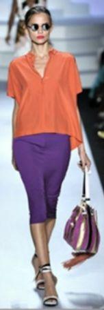 Фиолетовое пальто, оранжевый шарф, фиолетовая сумка