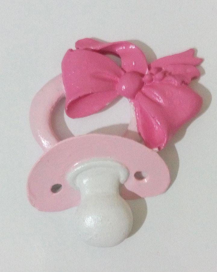 Bebek odaları için tasarlanan dekoratif obje. Emzik figürü farklı renklerde sipariş usulü temin edilebilir. Detaylar için sitemizi ziyaret edebilirsiniz.  http://mucizeevi.com/urun/pembe-emzik-parlak-bebek-odasi-figuru/
