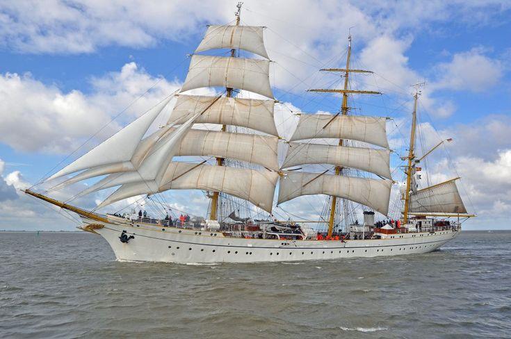 Das Segelschulschiff Gorch Fock am 25.08.2010 einlaufend Bremerhaven (Sail 2010).
