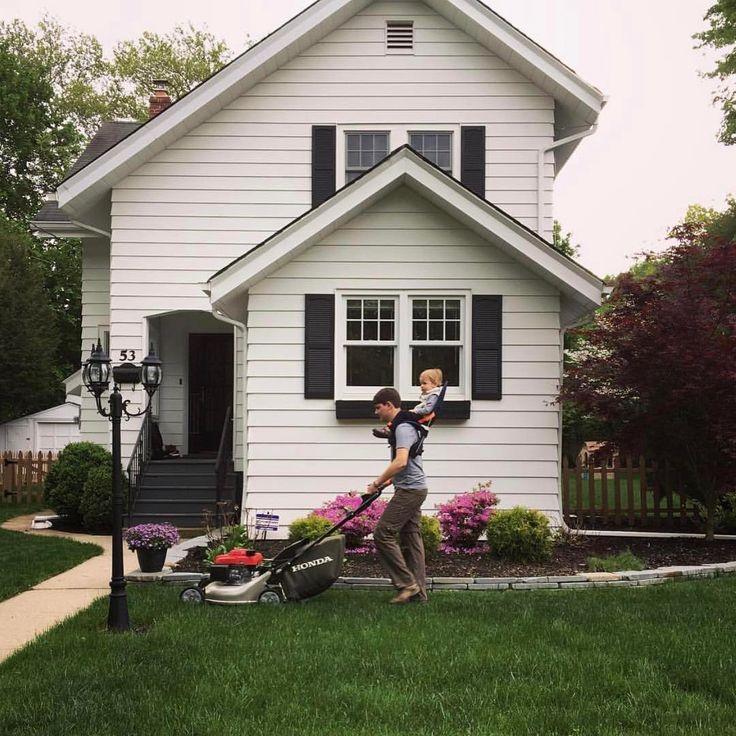 Hausarbeit mir Kind kann so einfach sein: Schultertrage von MiniMeis für Kleinkinder. Rasen mähen mit Kind