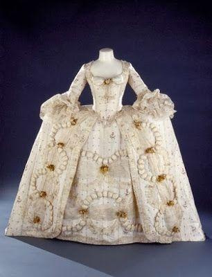 1770-1780  Epoka: Rokoko/oświecenie  Charakterystyczne: płaski tors z wypchniętym biustem, duży dekolt, wydłużona talia, rękawy do łokcia bądź dłuższe, podkreślone biodra.