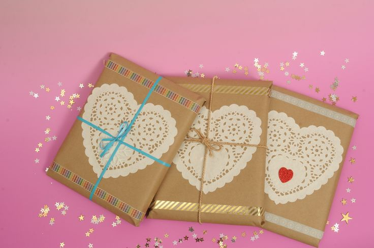 W taki sposób pakujemy organizery Miss Planner. Uzyliśmy: szary papier, papierowe koronkowe serwetki, taśma dwustronna, taśmy dekoracyjne washi tape, naklejki piankowe, sznurek dekoracyjny (np. jutowy)