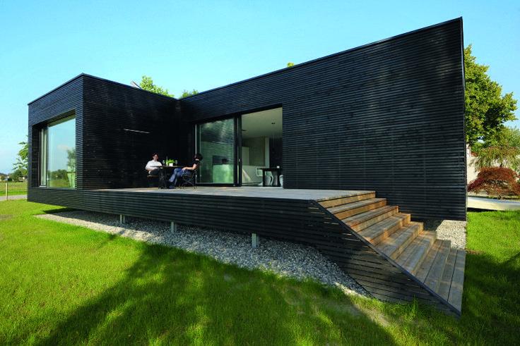 das moderne passivhaus in fussach von balanciert wie ein pavillion auf dem rasen dunkel. Black Bedroom Furniture Sets. Home Design Ideas