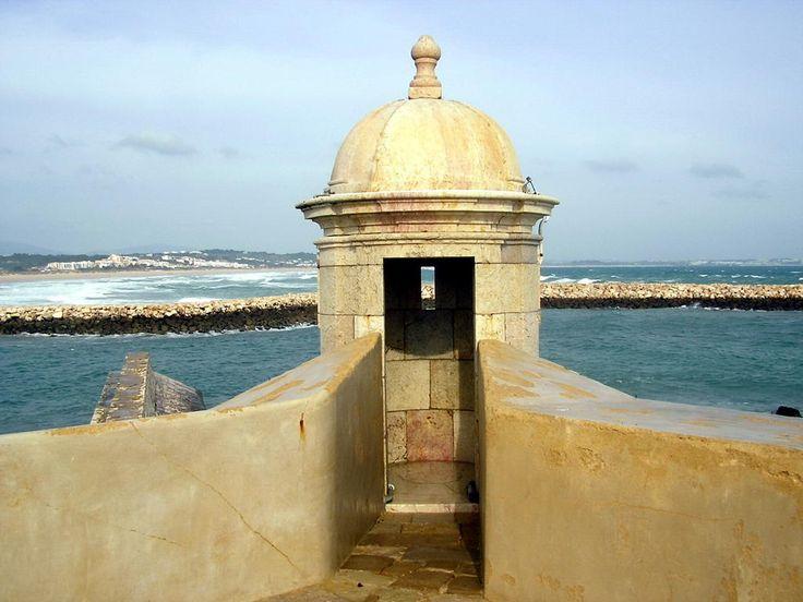 Ce petit fort contrôlait l'accès à la rivière et protégeait ainsi Lagos contre d'éventuels agresseurs venant de la mer. Sa construction, qui a débuté autour de 1680, s'achèvera en 1690. Ses ...