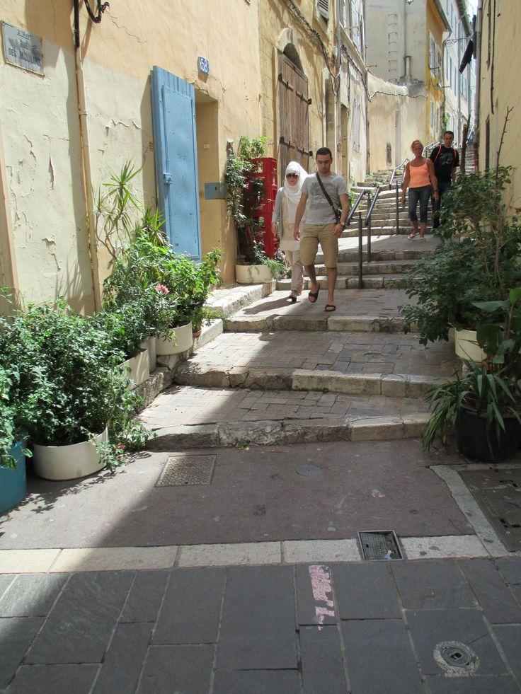Rue des moulins dans le quartier du Panier à Marseille.