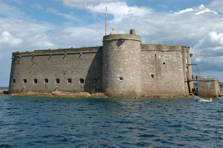 Renaissance : château du Taureau, dans la baie de Morlaix. A partir de la Renaissance, on commence à fortifier les côtes pour mieux protéger l'accès à certains ports, surtout sur la côte nord exposée face aux Anglais. Plus tard, Vauban perfectionnera et transformera beaucoup de ces fortifications.