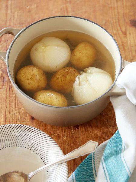 【ELLE a table】じゃがいもと新玉ねぎの丸ごと塩スープレシピ|エル・オンライン