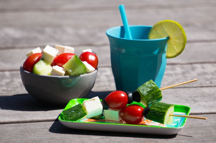Eens wat anders dan een salade kom serveren bij de barbecue? Waarom niet een Griekse salade stokje! Makkelijk te maken en de kids vinden het te gek.