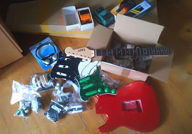 Grote doos met veel mint elektrische gitaar onderdelen en Stratocaster lichaam!  1 x grenn schildpad aangepaste volledige loadet slagplaat1 x Boss DS-1 Distrotion Effect pedaal1 x Behringer BLE100 bas Limiter Enhancer Effect pedaal1 x dynamische microfoon met 63 mm Plug1 x XLR Studio microfoon met XLR-Line4 x witte Strat Pickguard (foto: een beschermende film is nog steeds op de pickguards)2 x zwarte Strat Pickguard (foto: een beschermende film is nog steeds op de pickguards)1 x licht…