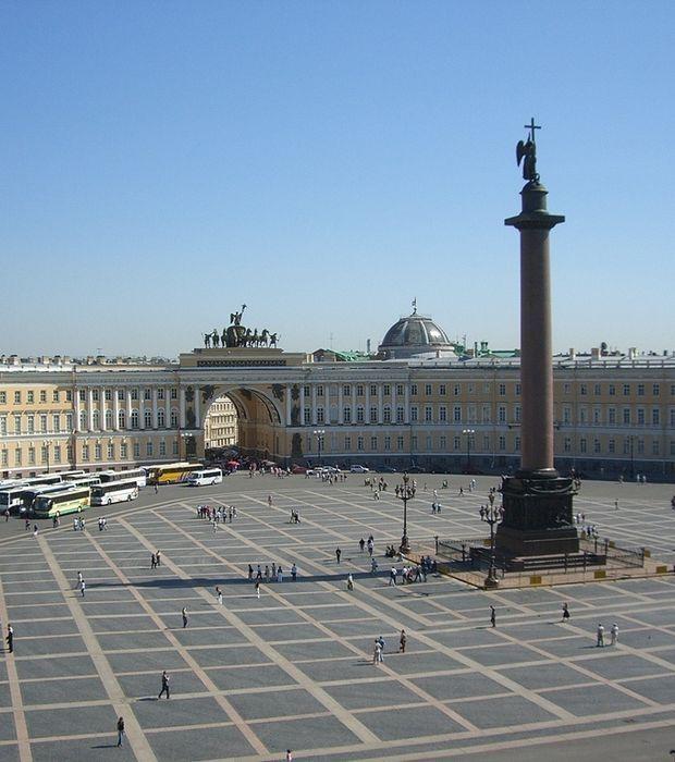 Place du Palais, vue du palais d'Hiver.Saint -Pétersbourg.