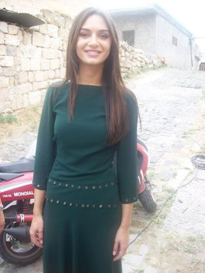 birce akalay - Green dress