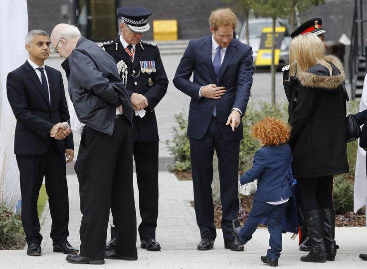 Zoet! Prins Harry in zijn nopjes met deze miniatuurversie van zichzelf