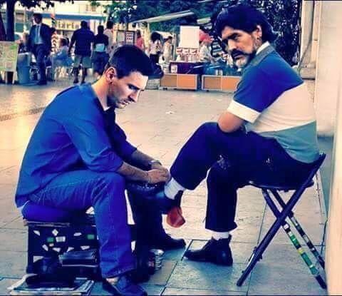Gwiazdor Barcelony porzucił na chwilę grę w piłkę nożną i zajął się czyszczeniem butów • Lionel Messi myje obuwie Diego Maradony >> #maradona #messi #lionelmessi #funny #memes #football #soccer #sports #pilkanozna