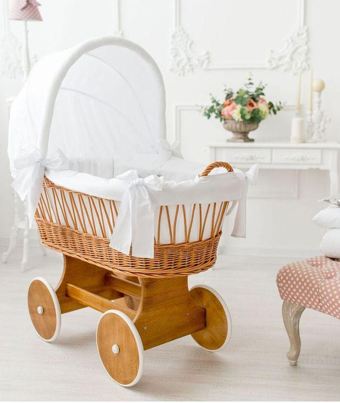 Comfortbaby+Stubenwagen+Snugly,+das+perfekte+mobile+Kuschelnest+fürs+Baby+zu+Hause.+Kippsicher,+Massivholz+und+Korb,+gummierte+Räder.+Himmel,+Matratze,+Kissen,+Decke.