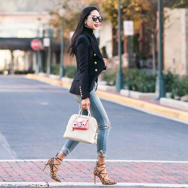 Согласитесь, что именно харизматичные рваные джинсы придают этому образу WOW-эффект. Подобрать себе такие вы сможете на JiST или jist.ua. #fashionable #outfitidea: #stylish #blue #jeans help to create #chic #outfit #мода #стиль #тренды #джинсы #пиджак #модно #стильно