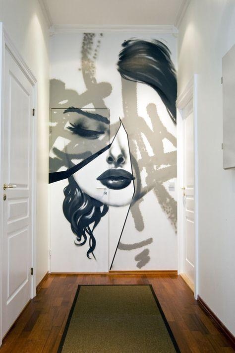 Une entrée quelconque ? Cachez la porte plane en imaginant sur l'ensemble du mur, porte comprise, du sol au plafond, un immense tableau, portrait ou autre, en noir et blanc ou en couleur.