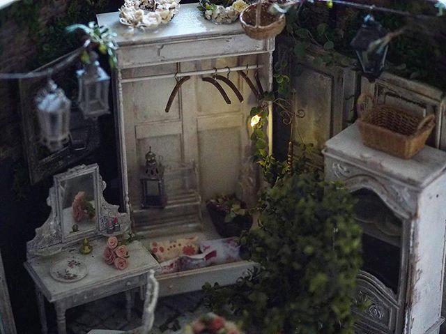 ❤︎ ・ original handmade miniature size 1/12 . 先日アップした壁掛けホウロウ雑貨 来週頃〔もしかしたら早まるかもしれません🙏〕 ウェブショップに出品したいと思います😊 詳しくはまたこちらでお知らせ いたします❤︎ ・ ・ ・ ・ ・ ・ ・  #ミニチュア#キャビネット #アンティーク風#フレンチ家具#森 #Interior#フレンチインテリア#塗装#ワードローブ #antique  #Frenchdecor#シャビーシック #Atelier#light#miniature#cute #Frenchdecor#ミニチュアハウス #dollhouse#flower#green#製作中