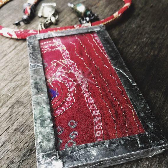 Rimanere dove ci sono canzoni (proverbio Zingaro)  Ho un prezioso cofanetto di tessuti di recupero sari dellannata che sono come piccole opere darte - ricchi in colore e impreziositi da paillettes e filo metallico. Quindi, quale migliore modo per loro di preservare tra vetro.  Questo grande pendente ha un rustico telaio saldato, elemento di perlina e kuchi antica preghiera etiope. La corda è tessile di kimono, le estremità disordinato rilegate in filo di ferro nero e un gancio di filo di…
