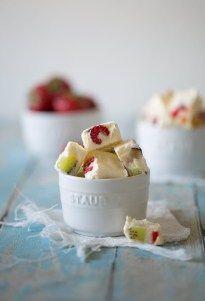 Kühles Obst und gefrorener Joghurt. Klingt nach einem Sommerfrühstück oder? Für mich die perfekte gesunde Abkühlung für Zwischendurch. Sommer. Sonne. Sonnenschein. Da brauch ich was Kühles. Den gan…