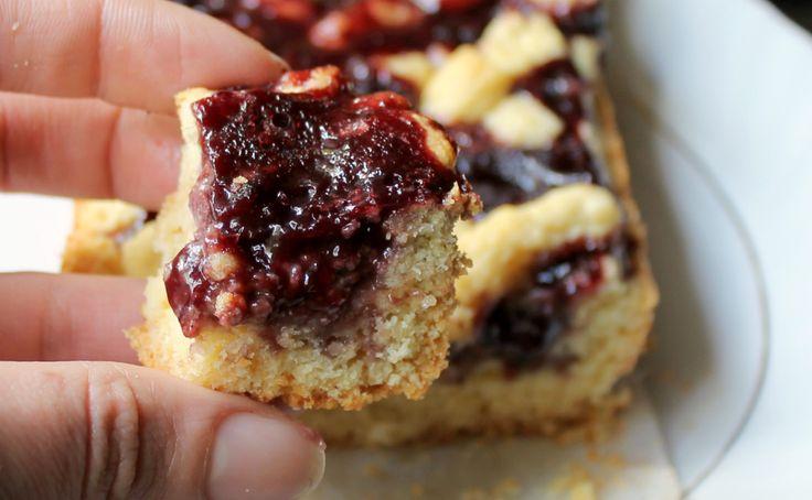 Crostata morbida frutti di bosco e noci: una merenda sana, nutriente, golosa. Con un trucco per non far seccare la marmellata in cottura.