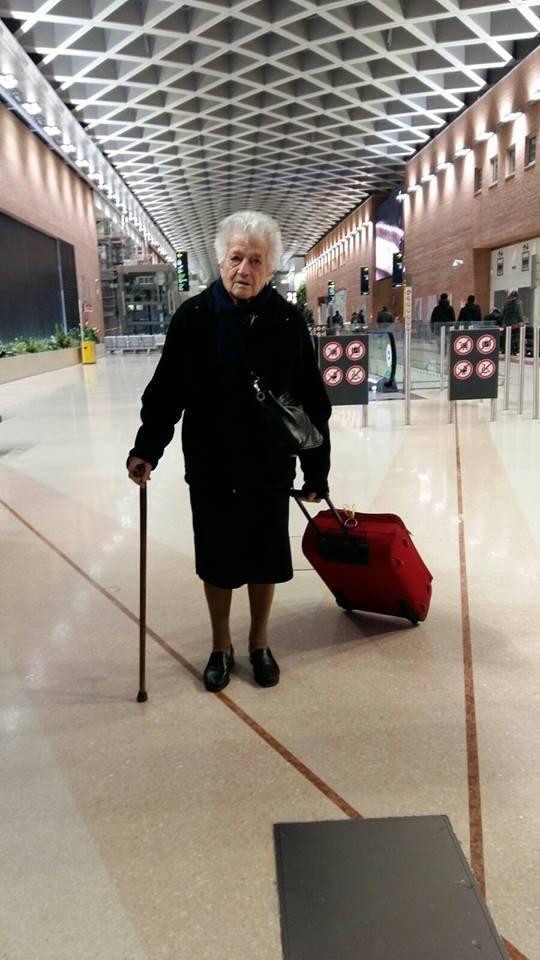 Italia ha caído rendida a los pies de la abuela Irma, una 'jovencita de 93″, como la describe su nieta, que ha hecho su maleta, cogido su bastón y se ha ido a Kenia para echar una mano en lo que pueda en un orfanato. Una historia de solidaridad y coraje que se ha vuelto viral después de que su nieta