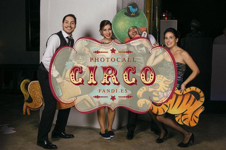 Un photocall de circo pintado a mano para bodas. Con todos los personajes del circo: bailarinas, forzudos, malabaristas, domadores, payasos, magos...