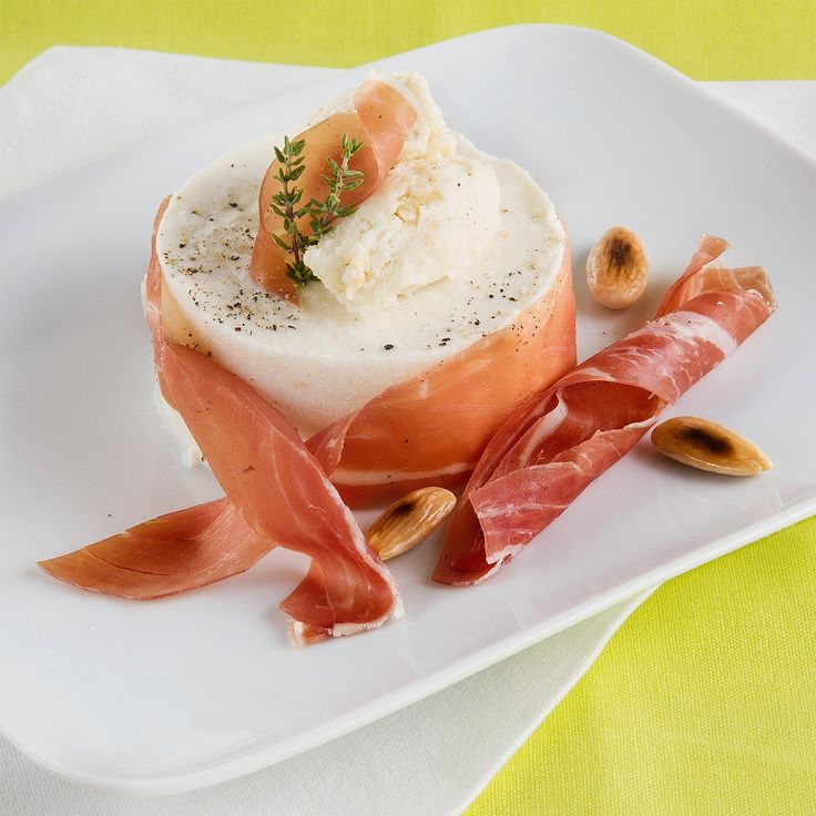 Gember-ricotta bavarois met buffelmozzarella, amandelen en Parmaham
