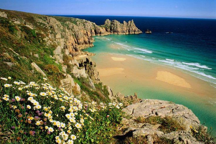 Die Grafschaft Cornwall in England kennen viele Urlauber vor allem wegen der Autorin Rosamunde Pilcher und deren Herzschmerz-Büchern. Doch das typische Pilcher-Gefühl sucht man bisweilen vergeblich Warum sich ein Besuch trotzdem lohnt – und warum man besser nicht im Hochsommer hinfährt.
