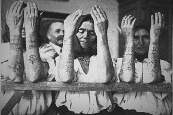 Женщины-хорватки демонстрируют свои традиционные татуировки. Эти языческие узоры балканские славяне носили для того, чтобы избежать насильственного обращения в ислам, во времена османского вторжения. Мусульмане не хотели брать в жены женщин с языческими узорами на телах и обращать таких людей в ислам не было смысла. http://cs543107.vk.me/v543107759/29a26/8P7G1LAysWY.jpg