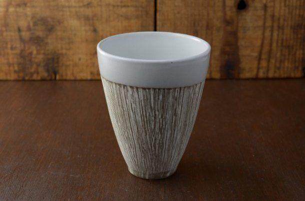 """カップ kusi 美濃焼 <MinJ> 日本産 焼酎グラスとしてもぴったりな和カップ シンプルでモダンなデザインの美濃焼 """" kusi """" サラサラとした優しい手触りのちょっと大きめカップ お茶やジュースはもちろん、焼酎カップにもおすすめ 食洗機・電子レンジOKで使いやすく、色違いのペアカップとしても人気  幅/8.8x8.8cm 高さ/10.8cm 容量/320cc 重さ/181g  美濃焼 : 岐阜県多岐市、多治見市、瑞浪市、可児市を主たる産地とする陶磁器の総称。他の焼き物産地である九谷、京焼、有田焼、信楽、備前などと多少異なり、1つの焼き物のスタイルを持っていないため、多種多様な柄やスタイルの焼き物がある  *本製品はひとつひとつ職人による手作りの製品の為、若干の色や形の違いが有る場合がございますのでご了承下さい  ¥1,188(税込)+送料¥648"""